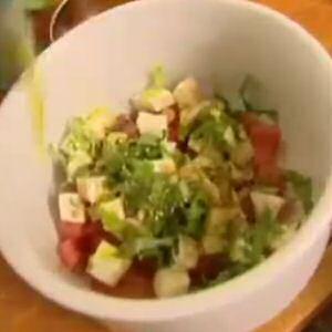 Snelle tomatensla met mozzaralla, basilicumblaadjes, balsamico en olijfolie