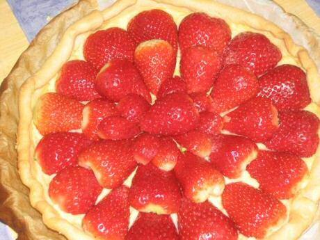 Lekkere aardbeientaart op een laagje banketbakkersroom op een drooggebakken  taartbodem