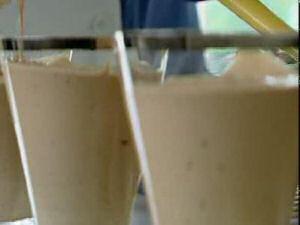 2 glazen chocolademousse uit SOS Piet met chocolade, eieren, suiker en room