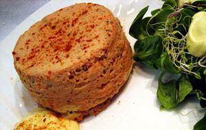 Tomaten flan recept met dressing en groene blaadjes