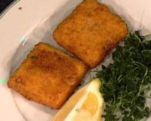 2 garnaalkroketten op een bord met citroen en peterselie