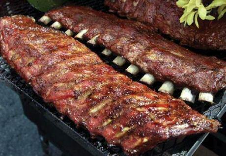 Lekkere, mooi gelakte, gemarineerde ribbetjes op de barbecue