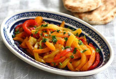 Geroosterde paprika's met vinaigrettesaus, lekker als vegetarisch beleg op knapperige broodjes