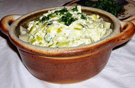 1 pot gestoofde prei met kaassaus en verse tuinkruiden geserveerd