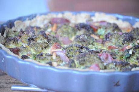 Hartige taart met broccoli, spek, pijnboompitten en tuinkruiden