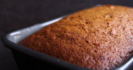 Net gebakken honingcake in het bakblik recht uit de oven