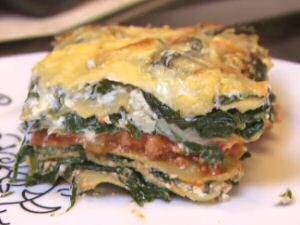 Stuk lasagne van Piet Huysentruyt met spinazie, ricottakaas en spaghettisaus.