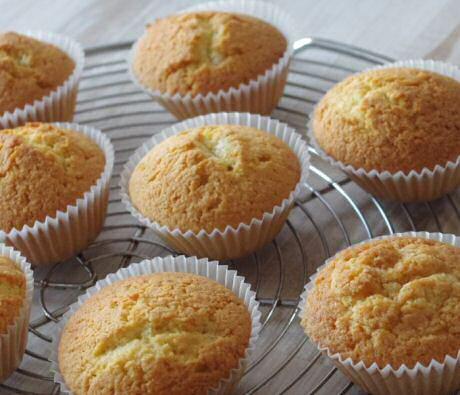 Lekkere muffins maken zonder mixer met boter, eieren, suiker, bloem, vanille en wat crème fraîche