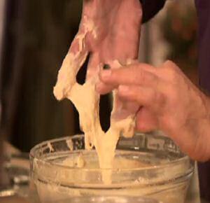 Vloeibaar oliebollenbeslag maken dat aan je vingers blijft kleven