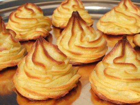 Lekkere pommes duchesse of aardappelpuree door de passe vite, gekuid en gemend met eierdooiers en 10 minuten gebakken in de oven op 200C