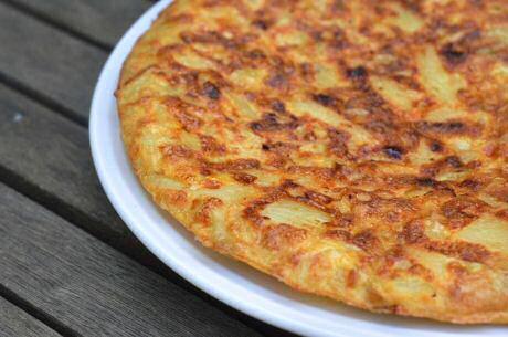 Spaanse tortilla maken met ei, aardappel, ui, knoflook, peper en zout