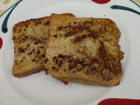 Klassiek recept om gewonnen of verloren brood te maken met eierdooier, melk, suiker en een klontje boter in een Tefalpan