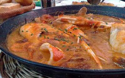 Zarzuela of Spaanse vissoep recept met mosselen, garnalen, langoustinen, inktvis en verschillende soorten vis